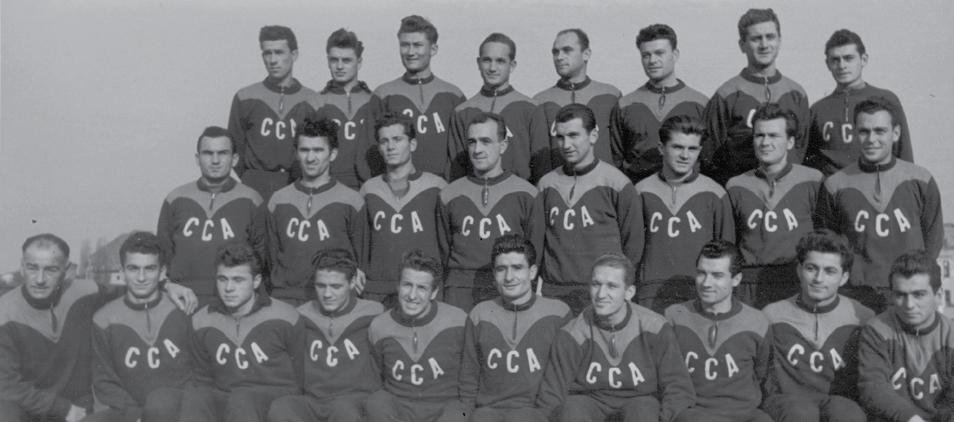 """Marea echipă a CCA-ului începea, în 1950, să se """"sudeze"""". Apolzan e pe rândul de jos, al cincilea din stanga, la dreapta uriașului """"Țop"""" Voinescu"""