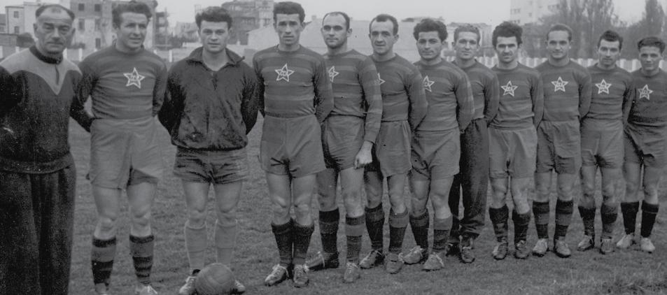 """Fotografiile echipelor se făceau """"pe un singur rând"""". De la stânga la dreapta, antrenorul Ronnay, """"Piți"""" Apolzan, Costică Toma etc, mândri că poartă steaua """"CCA"""" pe piept."""