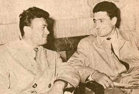 Voinescu (în dreapta), povestindu-i lui Toma cum uita să aducă echipamentul. Cei doi au fost coechipieri atât la Steaua, cât și la echipa națională.