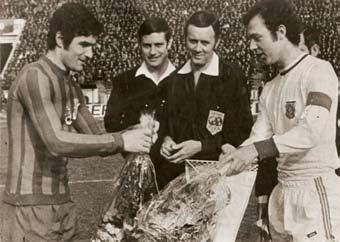 """Căpitanul Stelei, Sătmăreanu (stânga), înaintea meciului de la București cu Bayern, dând mâna cu omologul său, """"Kaiserul"""" Beckenbauer"""