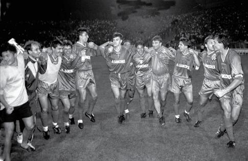 """Hora bucuriei"""" după golul fabulos marcat de Didi Prodan, la București, contra scoțienilor de la Glasgow Rangers"""