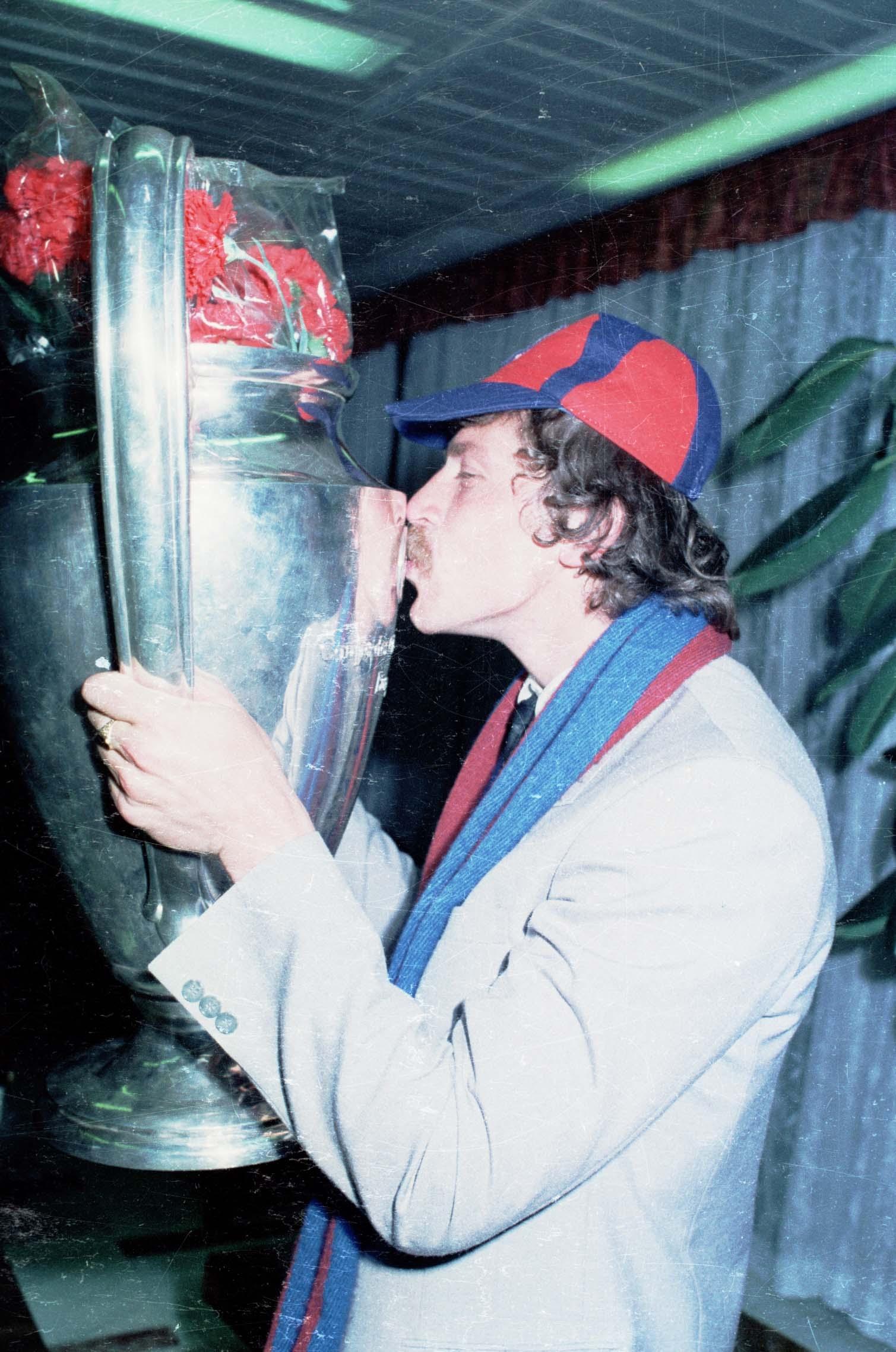 Helmut Duckadam, intrat în cartea recordurilor pentru cele 4 lovituri de departajare apărate împotriva Barcelonei, sărută Cupa Campionilor Europeni, trofeu pe care l-a cucerit alături de colegii săi